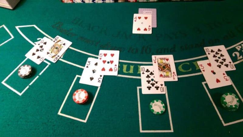 Blackjack là một trò chơi đơn giản được chơi với một, hai, bốn, sáu hoặc tám bộ bài